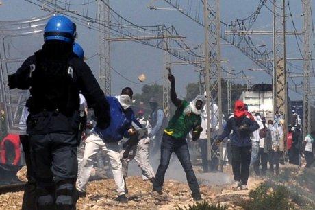 Mineo, rivolta degli immigrati al Cara: sassiola contro la polizia$