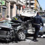Il luogo dell'incidente avvenuto all'alba in viale Monza. Un automobilista di 55 anni è stato lasciato agonizzante nella sua auto a Milano dopo essere stato investito frontalmente da un'altra auto, un suv nero, condotta da un automobilista che è poi fuggito a piedi, Milano 30 aprile 2017 ANSA/ DANIELE BENNATI